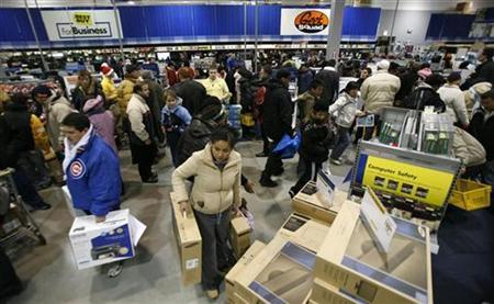 Shoppers fill a Best Buy store in Chicago November 23, 2007. Personal income and personal spending in January rose more than expected, but inflation ate up a bigger portion of these as a key price index also rose, a government report showed on Friday. REUTERS/John Gress