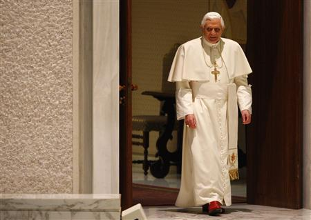 Pope Benedict XVI arrives to lead his weekly general audience in Paul VI hall at the Vatican February 27, 2008. REUTERS/Tony Gentile