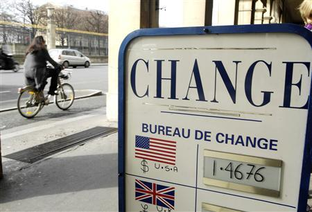A sign is seen outside a currency exchange bureau in Paris February 27, 2008. REUTERS/Gonzalo Fuentes