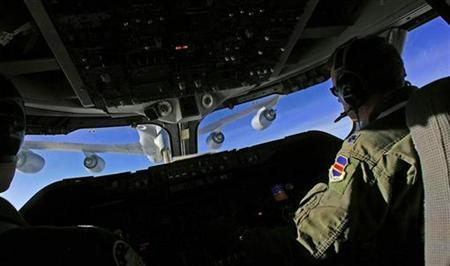 Pilot Lt. Col Dan McDonald flies a E-4B NOAC as a KC-135R tanker refuels his plane during a flight back to Andrews Air Force Base in Maryland from Ankara, Turkey, February 28, 2008. REUTERS/Mark Wilson/Pool
