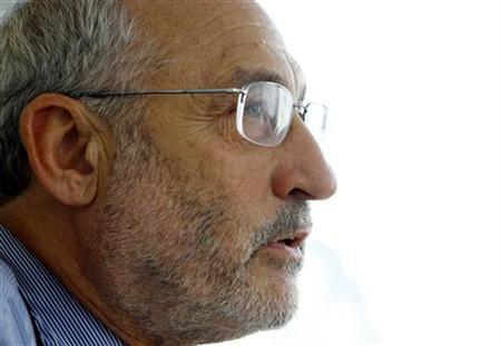 Economist and Nobel laureate Joseph Stiglitz speaks during an interview with Reuters in New York, September 18, 2006. The Iraq war has contributed to the U.S. economic slowdown and is impeding an economic recovery, Stiglitz says. REUTERS/Mike Segar