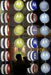 <p>Le groupe américain Motorola a remporté un contrat de 335 millions de dollars avec le saoudien Zain Saudi Arabia pour déployer et gérer un réseau de téléphonie mobile. /Photo d'archives/REUTERS</p>