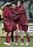 <p>Il giocatore della Reggina Nicola Amoruso (al centro) celebra un gol con i compagni di squadra Franco Brienza (sinistra) e Emmanuel Cascione (destra) in una partita contro la Juventus allo stadio Granillo giocata lo scorso 23 febbraio. REUTERS/Antonino Condorelli (ITALY)</p>