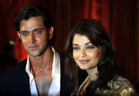 Bollywood stars Hrithik Roshan (L) and Aishwarya Rai Bachchan attend the music release function of their new film 'Jodhaa Akbar', in Mumbai January 9, 2008. REUTERS/Punit Paranjpe/Files