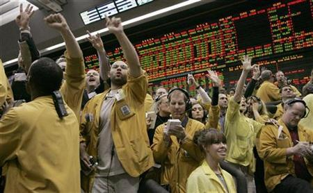 Traders and clerks at the Chicago Mercantile Exchange in Chicago, Illinois, signal orders January 30, 2008. U.S. investment bank Goldman Sachs Group Inc. is considering joining a dozen banks and trading firms working to launch a futures exchange that would compete with the Chicago Mercantile Exchange, people familiar with the situation said on Tuesday. REUTERS/Frank Polich