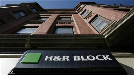 A view of an H&R Block office in Chicago, April 16, 2007. H&R Block Inc, the largest U.S. tax preparer, reported a smaller quarterly loss as higher revenue from tax returns helped offset costs for job cuts and the closing of a money-losing subprime mortgage unit. REUTERS/John Gress