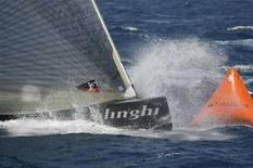 <p>La barca di Alinghi durante un'edizione della Luis Vuitton Cup che precede la America's Cup</p>