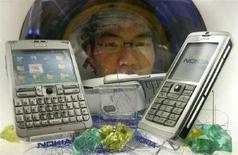 <p>Immagine d'archivio di telefonini Nokia al China Beijing International High-Tech Expò, a Pechino nel maggio del 2006. REUTERS/Claro Cortes IV</p>
