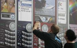 <p>Un manifesto di telefoni cellulari al salone CeBIT di Hannover. REUTERS/Hannibal Hanschke</p>