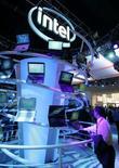 <p>Le fabricant de semi-conducteurs Intel se défendra mardi et mercredi, lors d'une audition à huis clos, contre les accusations d'abus de position dominante lancées par la Commission européenne. /Photo prise le 7 janvier 2008/REUTERS/Steve Marcus</p>