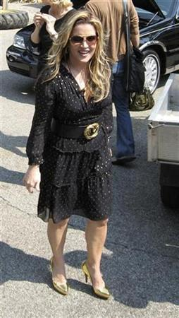 File photo shows Lisa Marie Presley arriving at Graceland in Memphis, Tennessee August 15, 2007. Presley is suing Britain's Daily Mail newspaper for an article alleging she was ''piling on the pounds'' and which forced her to announce that she was pregnant. REUTERS/Shean Krolicki