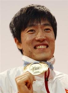 China's Liu Xiang poses with his gold medal after winning the men's 60 metres hurdles at the 12th IAAF World Indoor Athletics Championship in Valencia March 9, 2008. REUTERS/Heino Kalis