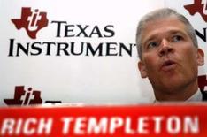 <p>Le P-DG de Texas Instruments, Richard Templeton. Le fabricant de puces a abaissé ses prévisions de bénéfice et de chiffre d'affaires pour le premier trimestre en raison d'une demande de semiconducteurs plus faible que prévu. /Photo d'archives/REUTERS/Jagadeesh Nv</p>