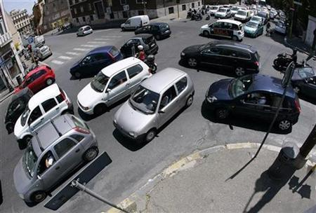 Cars travel on a crowded road in downtown Rome, July 5, 2007. Inhaling diesel exhaust triggers a stress response in the brain that may have damaging long-term effects on brain function, Dutch researchers said on Tuesday. REUTERS/Alessandro Bianchi