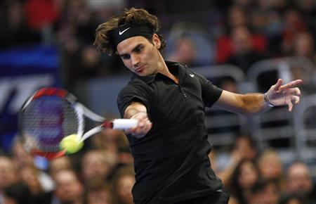 Roger Federer of Switzerland hits a return to Pete Sampras of the U.S. during their exhibition tennis match at New York's Madison Square Garden, March 10, 2008. REUTERS/Mike Segar