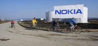 <p>Les titres de Nokia et d'autres grands noms de la technologie mobile en Europe sont en net repli mardi après la révision à la baisse des prévisions de Texas Instruments, qui a invoqué la perspective d'un tassement du marché de la technologie 3G. /Photo prise le 11 février 2008/ REUTERS/Bogdan Cristel</p>