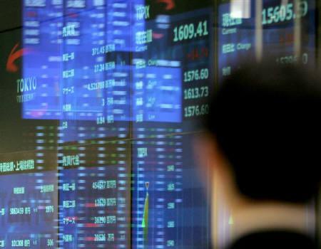 3月12日、米FRBの流動性供給の強化策を受けて米株が急上昇した流れを引き継ぎ、東京市場は株高/債券安に。写真は2006年1月に東京証券取引所で撮影(2008年 ロイター/Toru Hanai)