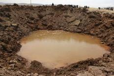 <p>La météorite qui s'est abattue en septembre au sud du Pérou, creusant un cratère de 15m de diamètre, était faite de roche. En théorie, elle aurait dû se désintégrer dans l'atmosphère bien avant d'atteindre la surface de la Terre. /Photo prise le 16 septembre 2007/REUTERS/Miguel Carrasco/La Razon</p>