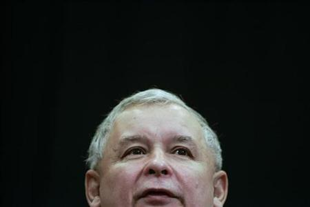 Poland's former Prime Minister Jaroslaw Kaczynski speaks to the media during a news conference at the PiS (Law and Justice) Party headquarters in Warsaw October 24, 2007. REUTERS/Peter Andrews