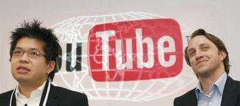 <p>Les co-fondateurs de YouTube, Steve Chen (à gauche) et Chad Hurley. Le service de partage de fichiers vidéos racheté par Google va proposer aux développeurs web des outils permettant d'accéder à ses bases de données et de construire leur propre YouTube. /Photo d'archives/REUTERS/Philippe Wojazer</p>