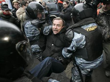 Police officers detain Russian human rights activist Lev Ponomarev during an opposition rally in central Moscow, November 24, 2007. REUTERS/Denis Sinyakov