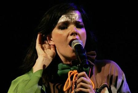Icelandic singer Bjork performs during a concert at the National Museum in Lima November 13, 2007. Bjork's politically charged outburst at a recent Shanghai concert was an isolated case and would not affect foreign artists coming to China, a senior official said on Thursday. REUTERS/Enrique Castro-Mendivil