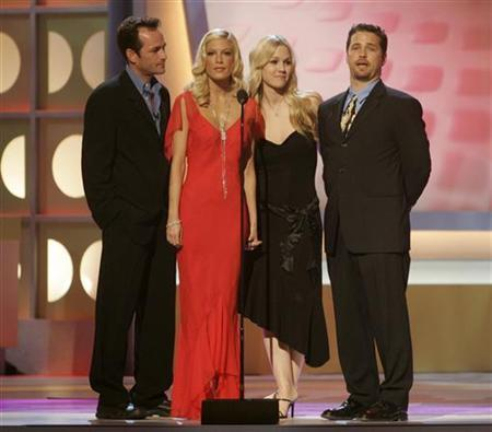 The cast of the hit television series ''Beverly Hills 90210 (L-R) Luke Perry, Tori Spelling, Jennie Garth and Jason Priestley pay tribute to producer Aaron Spelling, at the 3rd annual TV Land Awards in Santa Monica, California March 13, 2005. REUTERS/Fred Prouser