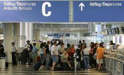 <p>Viaggiatori all'aeroporto di Monaco. REUTERS/Michaela Rehle (GERMANY)</p>