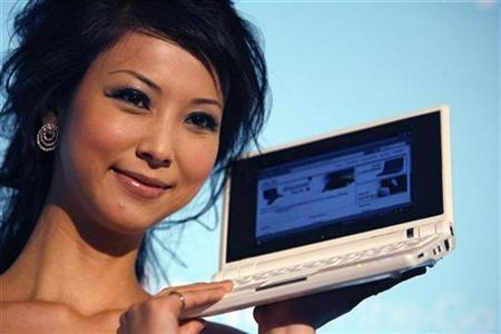 Taiwan model Freda Fang poses with the new Asus Eee PC during a media launch in Taipei October 16, 2007. REUTERS/Nicky Loh