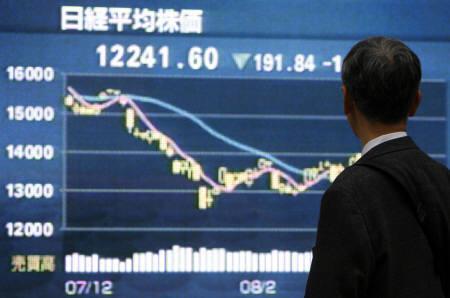 3月14日、来週の東京株式市場は転機を探る一週間となる見通し。写真は都内の株価ボード前で(2008年 ロイター/Kiyoshi Ota)