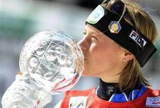 <p>L'italiana Denise Karbon bacia la Coppa del Mondo di slalom. REUTERS/Alessandro Bianchi( ITALY )</p>