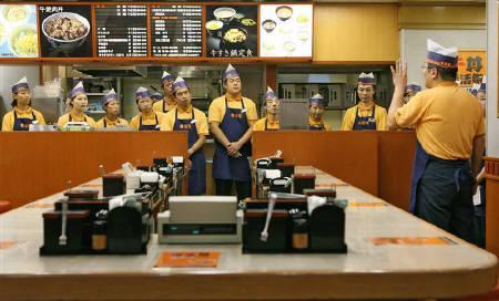 3月17日、吉野家ホールディングスは24時間の牛丼販売を20日午前零時から再開させると発表。写真は2006年9月に東京都内の吉野家店舗で撮影(2008年 ロイター/Michael Caronna)