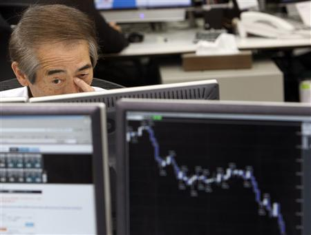 A currency dealer looks into a monitor showing the Japanese yen's exchange rate against the U.S. dollar, in Tokyo March 17, 2008. REUTERS/Kim Kyung-Hoon