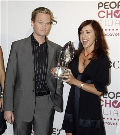 Neil Patrick Harris (L) and Alyson Hannigan of the comedy series ''How I Met Your Mother'' pose with a People's Choice Award prior to announcing the nominations for the People's Choice Awards at a news conference in Beverly Hills, California, November 7, 2006. REUTERS/Fred Prouser