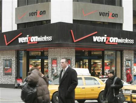 Traffic passes the Verizon headquarters in New York in a file photo. A U.S. government auction of wireless airwaves ended on Tuesday raising a record $19.59 billion, but winners of the valuable spectrum were not immediately identified. REUTERS/Peter Morgan
