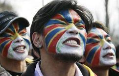 <p>Manifestanti protestano contro i Giochi olimpici di Pechino davanti alla sede del Cio a Losanna. REUTERS/Denis Balibouse</p>