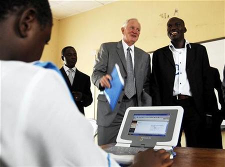 Craig Barrett (C), chairman of Intel, looks on as a student of Gwarinpa secondary school uses a laptop computer in Abuja, Nigeria, October 31, 2007. REUTERS/Afolabi Sotunde