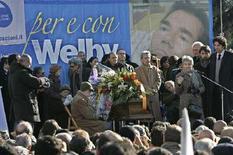<p>Una immagine d'archivio dei funerali di Piergiorgio Welby nel dicembre 2006 a Roma. REUTERS/Max Rossi (ITALY)</p>