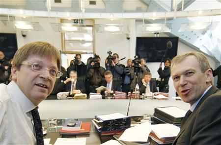Belgium's outgoing Prime Minister Guy Verhofstadt (L) presides over his last Cabinet meeting, before stepping down, with his successor Yves Leterme (R) in Brussels March 20, 2008. REUTERS/Thierry Roge