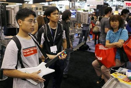 Gamers test the game ''Guitar Hero III'' during the DigitalLife consumer electronics show in New York September 27, 2007. REUTERS/Lucas Jackson