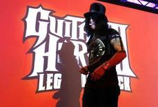 <p>Le guitariste Slash lors de la présentation de Guitar Hero III. Activision va publier une version pour la DS de Nintendo de son célèbre jeu de guitare. /Photo d'archives/REUTERS/Mario Anzuoni</p>