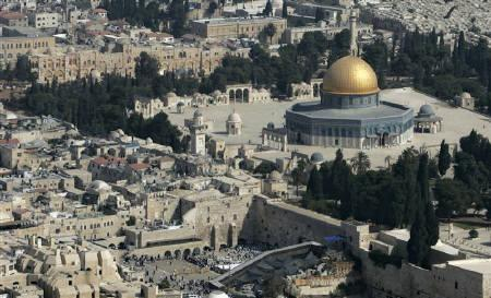 An aerial view of the Old City of Jerusalem is seen with Dome of the Rock Mosque and the Western Wall October 2, 2007. MIT on Friday announced the winners of a global contest aimed at choosing the most innovative proposals for developing Jerusalem, a city at the heart of the Middle Eastern conflict. REUTERS/Ammar Awad/Files