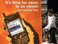 <p>Palm, le fabricant du smartphone Treo, a publié une perte au troisième trimestre, en raison notamment de charges de restructuration. La perte nette du trimestre clos le 28 février représente 31,5 millions de dollars, soit 30 cents par action, contre un bénéfice de 11,8 millions (11 cents) un an auparavant. /Photo d'archives/REUTERS/Rick Wilking</p>