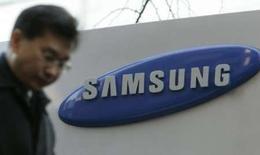 <p>Samsung Electronics va construire une usine de téléphones mobiles au Vietnam, en investissant dans un premier temps 50 millions de dollars dans le projet. Le deuxième fabricant de combinés mobiles mondial compte vendre plus de 200 millions de combinés mobiles cette année. /Photo prise le 25 janvier 2008/REUTERS/Han Jae-Ho</p>