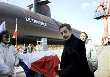 """<p>Президент Фрации Николя Саркози во время церемонии спуска на воду новой атомной подводной лодки """"Le Terrible"""" в Шербуре, 21 марта 2008 года. Президент Франции Николя Саркози объявил о сокращении ядерного арсенала страны, но пообещал поддерживать его на должном уровне для предотвращения потенциальных угроз национальной безопасности. (REUTERS/Christophe Ena/Pool)</p>"""
