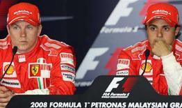<p>I piloti della Ferrari Felipe Massa (destra) e Kimi Raikkonen durante una conferenza stampa a Sepang, in Malaysia. REUTERS/Aden Kidir</p>