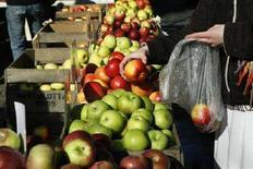 <p>Un banco di mele in un mercato. REUTERS/Lucas Jackson</p>