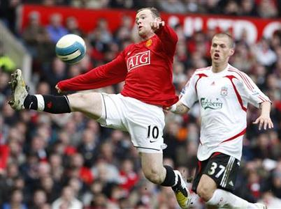 Liverpool's Martin Skrtel (R) watches Manchester United's Wayne Rooney control the ball during their English Premier League football match at Old Trafford in Manchester, England March 23, 2008. REUTERS/Phil Noble. NO ONLINE/INTERNET USAGE WITHOUT A LICENCE FROM THE FOOTBALL DATA CO LTD. FOR LICENCE ENQUIRIES PLEASE TELEPHONE ++44 (0) 207 864 9000.
