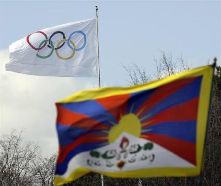 3月23日、チベット人支援グループはIOCに対し北京五輪の聖火リレーがチベット自治区を通過する計画を取り止めるよう要請。写真は18日にスイスのIOC本部前で撮影した五輪の旗(左奥)とチベットの旗(右手前)(2008年 ロイター/Denis Balibouse)