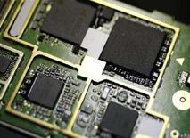 <p>La produzione di un chip. La foto ha solo carattere illustrativo della notizia. REUTERS/Toru Hanai (JAPAN)</p>
